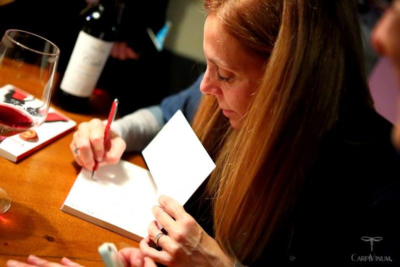 Adua firma le copie del libro